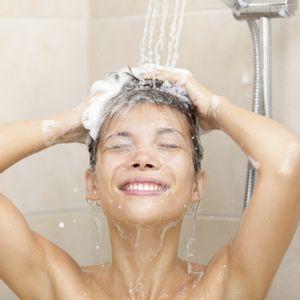 femme cheveux shampoing douche
