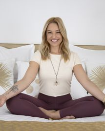 Natasha Saint Pierre, professeure de yoga, chanteuse et autrice