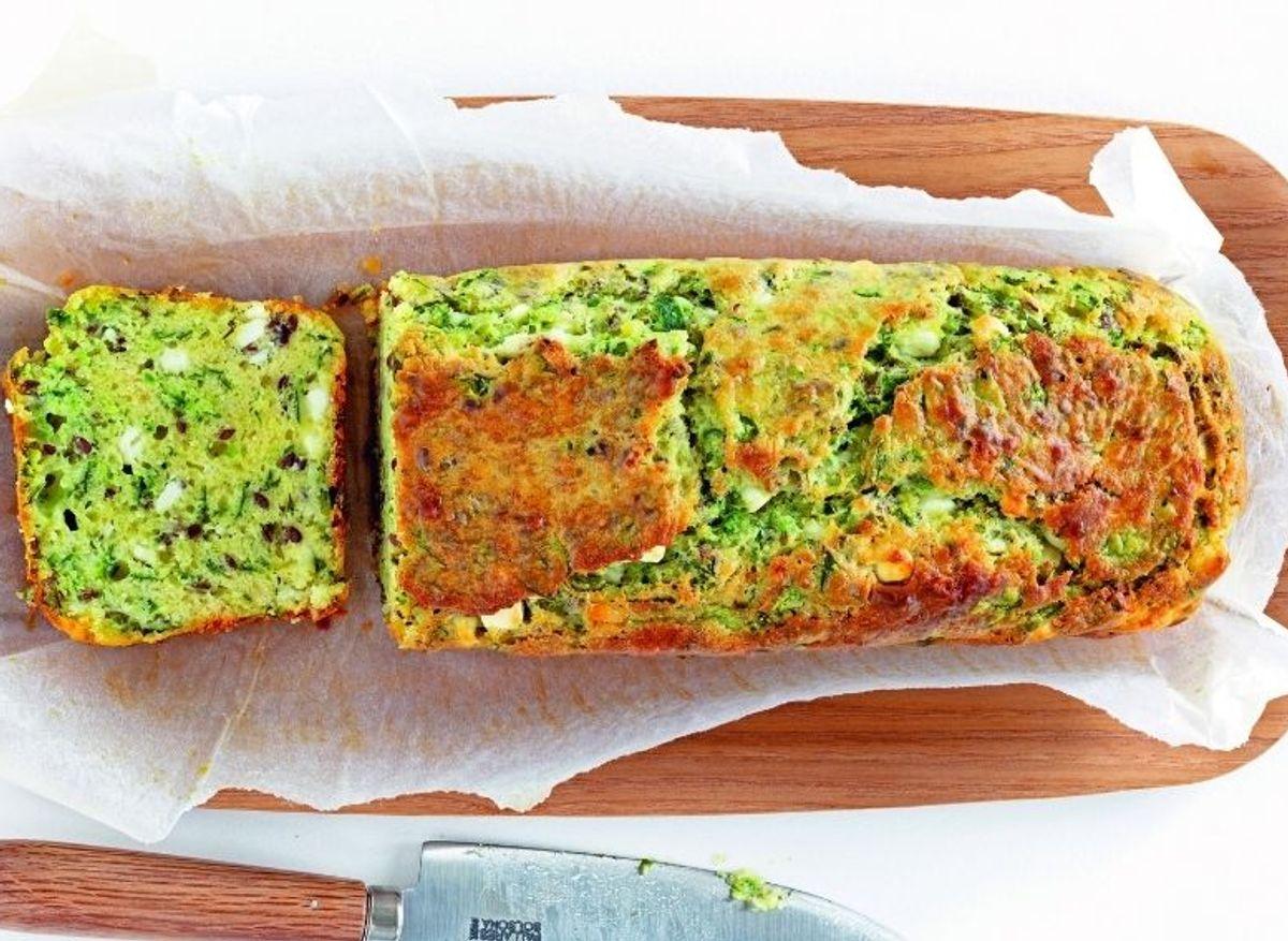 Cake aux pelures de concombre, feta et graines de lin