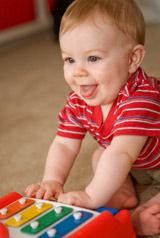 Choisir les premiers jouets de bébé