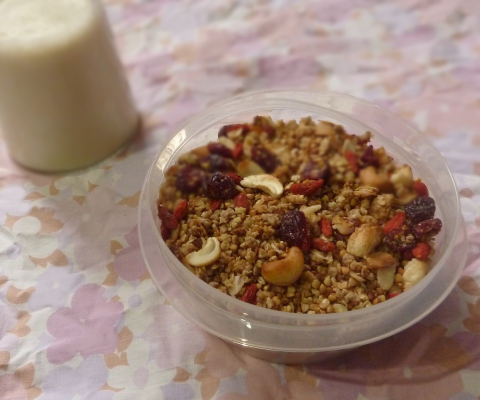 Granola printanier aux flocons de millet, noix de cajou et baies roses
