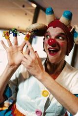 Une femme clown au service des enfants malades
