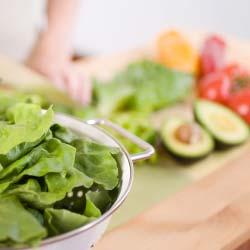 Salades d'été riz complet, haricots verts, céleri, pruneaux