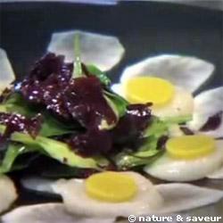 Carpaccio de topinambours aux noix de St Jacques et feuilles de mâche à l'algue dulse, crème de sésame acidulée et gomasio
