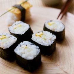 Makis-sushi à l'omelette et tofu fumé